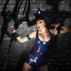 Squeeze me? Evil-Lyn cosplay